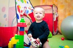 Behandla som ett barn pojken som leker i barnkammare Royaltyfri Bild