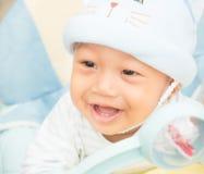 Behandla som ett barn pojken som ler och visar hans tänder Arkivbild