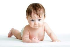 Behandla som ett barn pojken som ligger på magen Royaltyfria Bilder