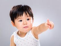 Behandla som ett barn pojken som pekar fingret arkivfoto