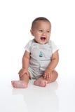 Behandla som ett barn pojken som skrattar och ser av till sidan av ramen arkivfoton