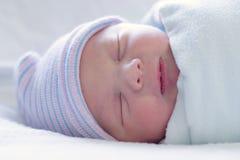 behandla som ett barn pojken som sovar restfully Royaltyfri Fotografi