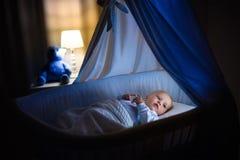 Behandla som ett barn pojken som sover på natten Royaltyfria Foton