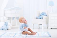 Behandla som ett barn pojken som spelar i sovrum Royaltyfria Foton
