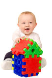 Behandla som ett barn pojken som spelar med byggnadspusslet Royaltyfria Bilder