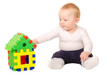 Behandla som ett barn pojken som spelar med byggnadspusslet Arkivfoto