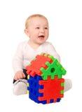 Behandla som ett barn pojken som spelar med byggnadspusslet Arkivbilder