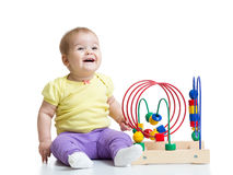 Behandla som ett barn pojken som spelar med den bildande leksaken Arkivbild