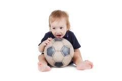 Behandla som ett barn pojken som spelar med en fotbollboll Isolerat på vit Royaltyfri Bild
