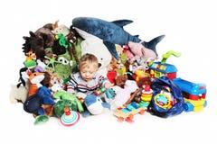 Behandla som ett barn pojken som spelar med hans leksaker Arkivfoto