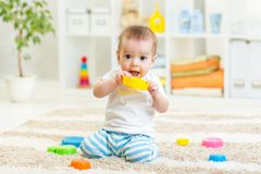 Behandla som ett barn pojken som spelar med inomhus leksaker Royaltyfria Bilder