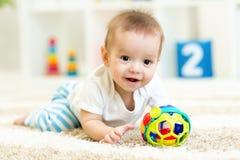 Behandla som ett barn pojken som spelar med inomhus leksaker Arkivbilder