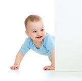 Behandla som ett barn pojken som ut ser affischen Royaltyfri Fotografi