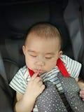 Behandla som ett barn pojken som sover i sittvagn Fotografering för Bildbyråer