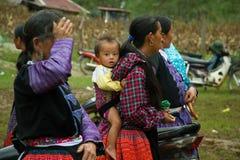 Behandla som ett barn pojken under förälskelsemarknadsfestival i Vietnam Royaltyfria Bilder