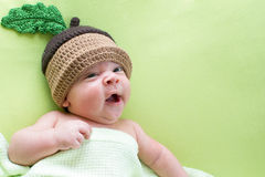 Behandla som ett barn pojken weared i ekollonhattar royaltyfri foto