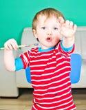 behandla som ett barn pojkepaintbrushen Royaltyfri Bild