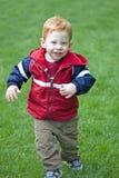 behandla som ett barn pojkerunning Arkivfoto