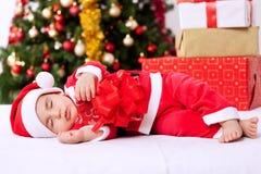 Behandla som ett barn pojkesanta att sova Arkivbild