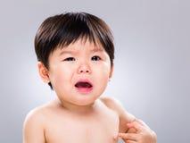 Behandla som ett barn pojkeskrik Arkivbild