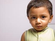 behandla som ett barn pojkeståenden Royaltyfri Bild