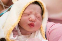 Behandla som ett barn precis den födda japanen behandla som ett barn royaltyfria bilder