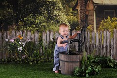 behandla som ett barn pumpvatten Fotografering för Bildbyråer