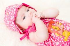 behandla som ett barn röd kläder Royaltyfri Fotografi