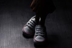 behandla som ett barn röda skor Royaltyfria Foton