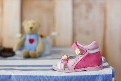 behandla som ett barn röda skor behandla som ett barn rosa skor Arkivbilder