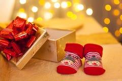 Behandla som ett barn röda sockor och julgåvor white för juldekorisolering Royaltyfria Foton