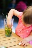 Behandla som ett barn röra till upp lemonaden Arkivfoto