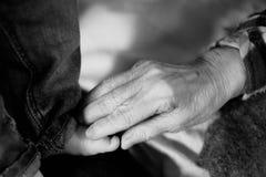 Behandla som ett barn rörande små för gammelmormor foten Arkivfoto