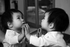 behandla som ett barn reflexion s Arkivfoton