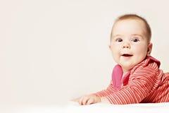 Behandla som ett barn Roliga små behandla som ett barn på bakgrund (6 månader) Fotografering för Bildbyråer