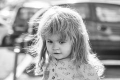 behandla som ett barn roligt little Gulligt behandla som ett barn pojken som går på stadsgatan Royaltyfri Fotografi