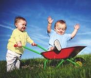 Behandla som ett barn roligt spela begrepp för litet barnnjutning Arkivbild