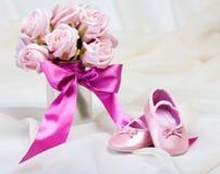 behandla som ett barn rosa skor royaltyfria foton