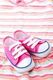 behandla som ett barn rosa skor royaltyfri bild