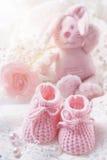 behandla som ett barn rosa skor royaltyfri fotografi