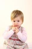 behandla som ett barn rosa slitage för gullig klänningflicka Arkivbild