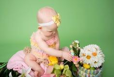 Behandla som ett barn rymma ett påskägg Royaltyfria Foton