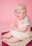 Behandla som ett barn rymma ett påskägg Fotografering för Bildbyråer