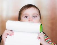 Behandla som ett barn rymma ett tomt papper. Royaltyfri Foto