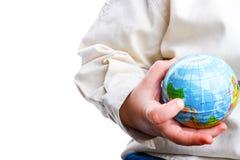 Behandla som ett barn rymma ett jordklot arkivbild