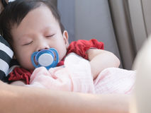 Behandla som ett barn sömn i bil med fredsmäklaren i mun Royaltyfri Foto
