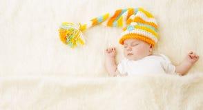 Behandla som ett barn sömn i hatten, den nyfödda ungen som sover i Bad som är nyfödd Arkivbilder