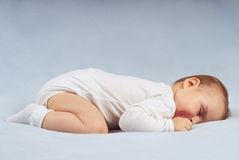 Behandla som ett barn sömnar Arkivfoto