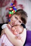 Behandla som ett barn sömnar i armarna av moderkvinnan royaltyfri fotografi
