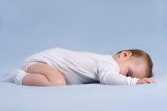 Behandla som ett barn sömnar på den mjuka blåa filten royaltyfria foton